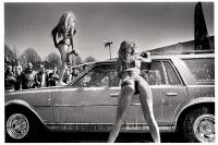 Les shows de «Sexy Car Wash» permettent à certains élus de venir faire laver leur voiture par des pin-ups qui ont une manière particulière de procéder, pour le plus grand plaisir du public masculin. Tournai, 2013.
