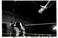 Main tendue à un coéquipier lors d'un match des portes ouvertes de l'école de la B.Y.W.S. (Brussel Young Wrestling Style). Bruxelles, novembre 2013.